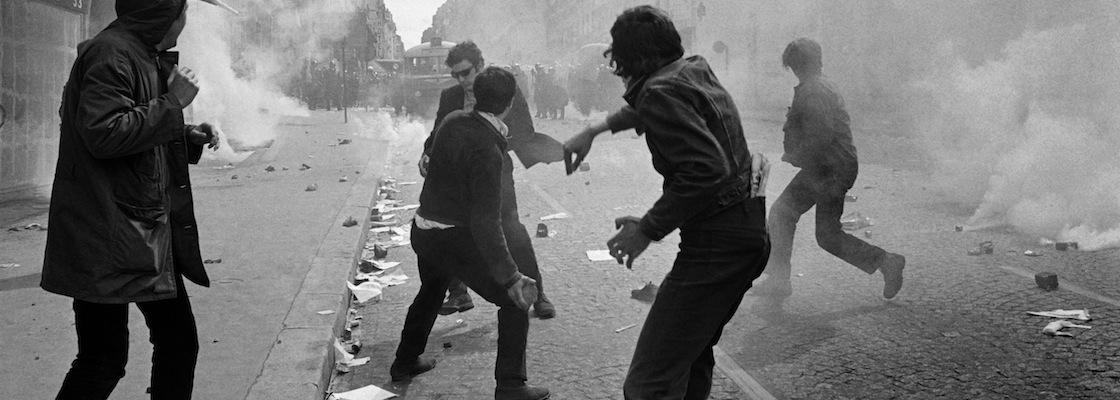 Des Ètudiants lancent des pavÈs sur les forces de l'ordre le 06 mai 1968 rue Saint-Jacques ‡ Paris, lors de violentes bagarres qui se sont produites au Quartier Latin, opposant plusieurs milliers d'etudiants aux policiers. Les manifestations, qui Ètaient interdites, ont pris un tour trËs violent durant l'aprËs midi pour se terminer, le soir, dans un climat d'Èmeute. / AFP PHOTO / -